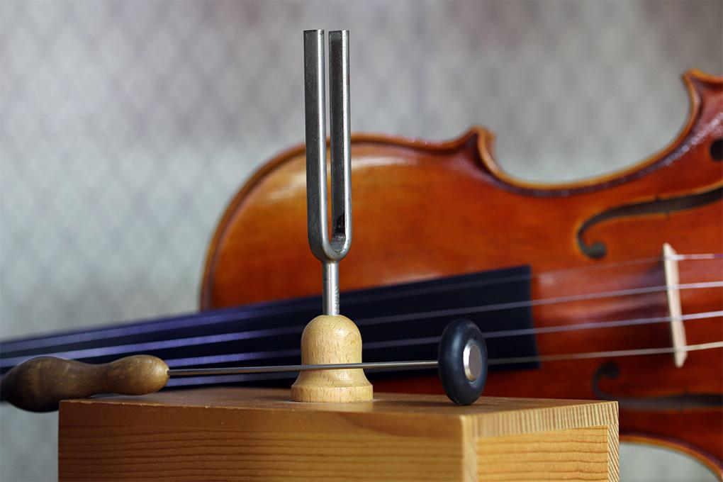 Камертон стоит перед скрипкой