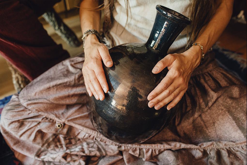 Уду - традиционный африканский инструмент, глиняный барабан с двумя отверстиями